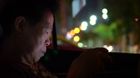 korejština : Asian Senior Woman Use Smartphone In Car At Night Addict To Technology Dostupné videozáznamy