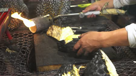 mal cheiroso : Grill Durian Sweet Smelly Fruit Stock Footage