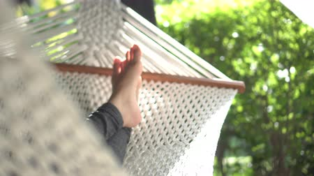 ленивый : Feet Resting In Swing Hammock Summer Relax In Nature Стоковые видеозаписи