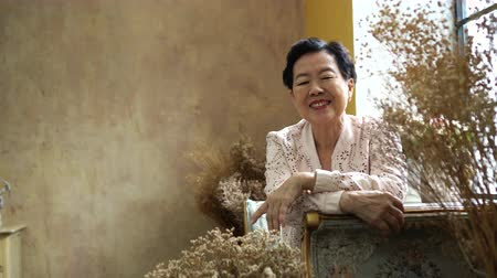 toskánský : Asian Senior Woman Sit Stress Alone In Tuscan Style House