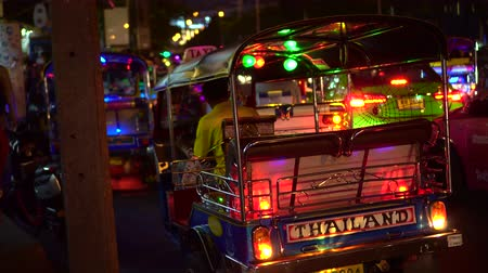 упакованный : Bangkok, Thailand - 30 Mar 2019: Tuk Tuk And Tourist At Night Flea Market Traffic Scene 4 K