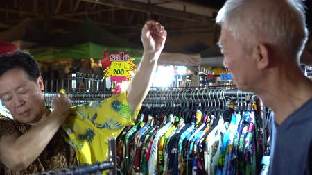 pokus : Asian Senior Couple Shopping At Night Market Together Dostupné videozáznamy