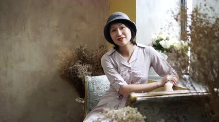 toskánský : Wealthy retro young Asian woman at home smiling