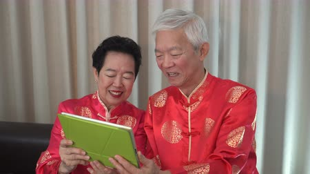 famílias : Asian senior elder call to family Chinese New Year celebration