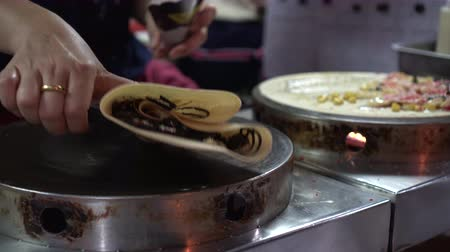 креп : Thai chocoalte crepes cooking on flat pan local market street food