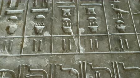 hieroglifa : Close up of Egyptian hieroglyphics letters on wall at ancient architecture