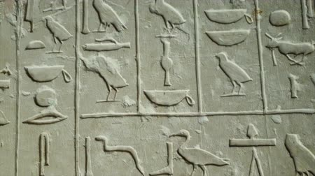 cártula : Close up of Egyptian hieroglyphics letters on wall at ancient architecture
