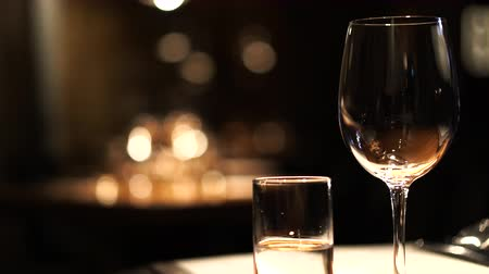artigos de vidro : Wine glasses setting in dark luxury restuarant atmosphere