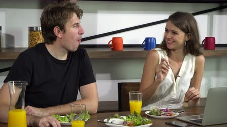 travessura : Caucasian couple feeding and have fun conversation while eating salad