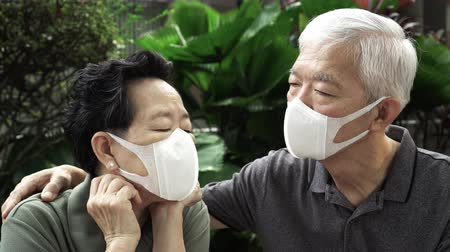 chřipka : Chinese senior couple wearing mask protect risk from outbreak contamination 2019-ncov scare and stress