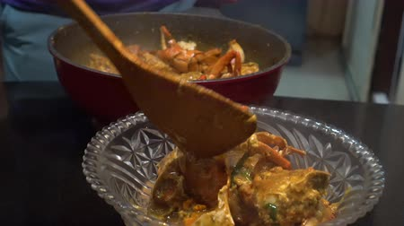 когти : Cooking Singapore iconic dish Chilli crab yummy seafood of South East Asia