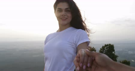 молодые женщины : Girl Hold Man Hand On Mountain Top, Happy Smiling, Couple Enjoy Morning Landscape Slow Motion 60 Стоковые видеозаписи