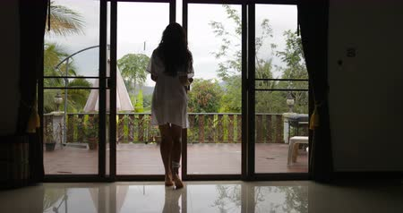 güneş ışını : Girl Open Balcony Go Out To Terrace Back Rear View, Morning View Of Tropic Forest, Slow Motion 60