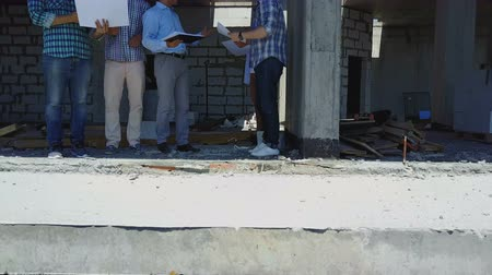 avançar : Aerial Shot Of Builders Team On Construction Site Discussing Plan Of Project With Architect And Contractor Using Blueprint On Digital Tablet