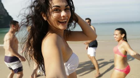 estância turística : Girl Taking Selfie Of Cheerful People Running In Water On Beach, Happy Young Man And Woman Group Having Fun Slow Motion 120