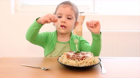massa : little girl eating spaghetti Vídeos