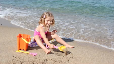 areias : little girl playing and fun on the beach