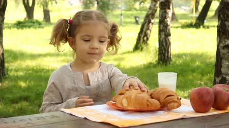 пикник : little girl breakfast in nature Стоковые видеозаписи