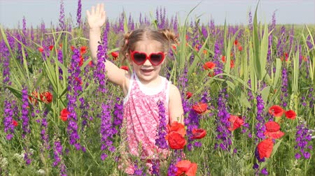 луг : little girl standing in colorful meadow Стоковые видеозаписи
