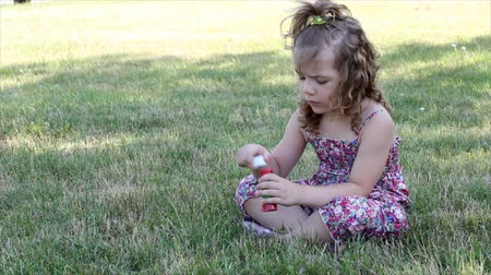 bańki mydlane : little girl blowing bubbles Wideo