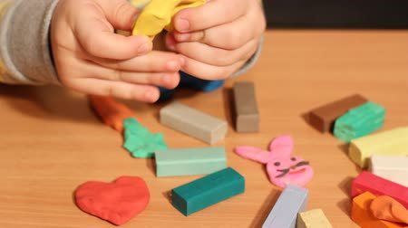 пластилин : little girl play with plasticine