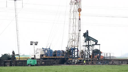 perfuração : oilfield with drilling rig and pump jack Vídeos