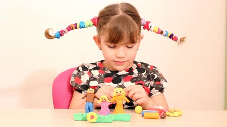 atividades de lazer : little girl make family figure with plasticine