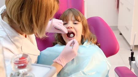 dentysta : dentist check cavities in little girl