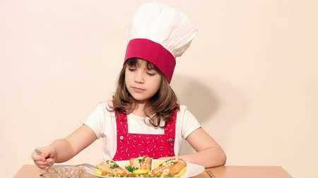carne : little girl cook eat salmon seafood Vídeos