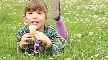 dondurma : little girl lying on grass and eat ice cream Stok Video