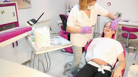 dişçi : dentist extracted the tooth a girl Stok Video