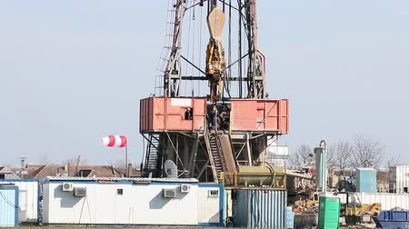 wiertarka : land oil drilling rig with workers