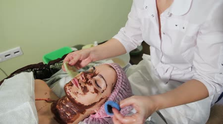 омоложение : To wash off the chocolate on the girls face with a sponge. chocolate Spa therapy.
