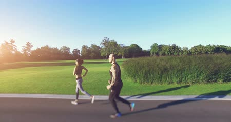 tatuagem : Couple jogging in the park. 4k, 25 fps