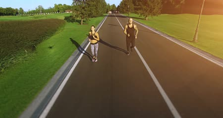атлетика : Couple jogging in the park. 4k, 25 fps