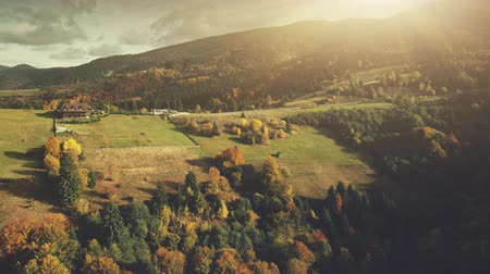 Mehrfarbiger Sonnenuntergang Autumn Highland Scenery Aerial View. Epic Carpathian Mountain Meadow Cottage Village Path Überblick. Drohne Flight Footage 4K UHD von Deep Wood Eco Friendly Wildlife