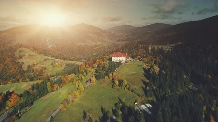 faház : Colorful Sunset Mountain Peak Aerial View. Majestic Highland Landscape, Wild Forest Scenery, Natural Environment. Hill Countryside Village Hotel. Tourism Travel Concept. Drone Flight Footage 4K (UHD)
