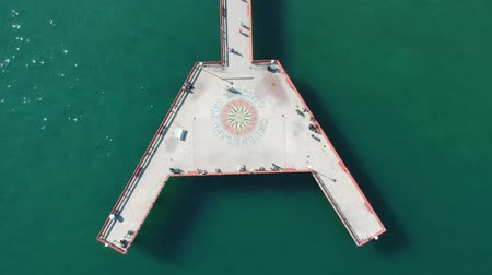Онтарио : View of Toronto Centre Island Pier during summer. A lot of visitors. Aerial eye bird view.