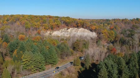passar : Top view of the asphalt road and passing cars in the forest. American fall season nature at very bright sunny day.
