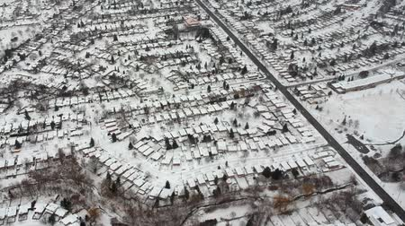 desenvolvimento : Aerial view of the city. Hundreds of houses bird eye top view suburb urban housing development. Quite neighbourhood covered in snow. Winter season.
