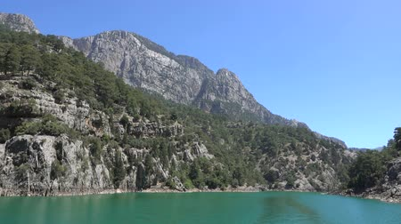 плотина : View from a boat sailing on a lake among mountain cliffs in the area of the Oimapinar dam. Landscape of Green canyon, Manavgat, Antalya, Turkey