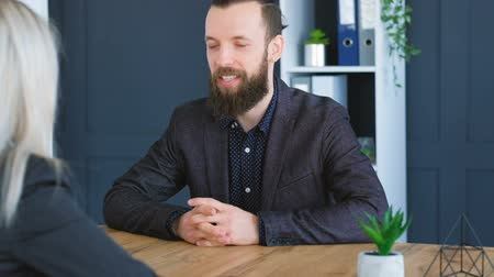 nezaměstnanost : Job interview. Bearded hipster applicant. Blonde HR manager. Smiling candidate matching company vacancy. Handshake. Dostupné videozáznamy