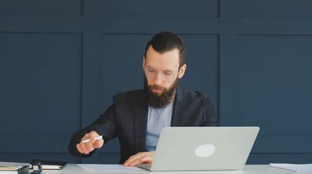 comparar : Document revision and verification. Man checking business papers. Contract conclusion Stock Footage