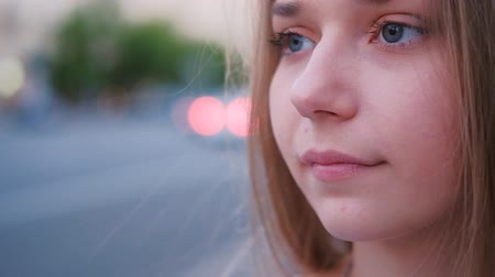 beyin : Female beauty. Closeup portrait of a dreamy thoughtful woman in the city. Stok Video