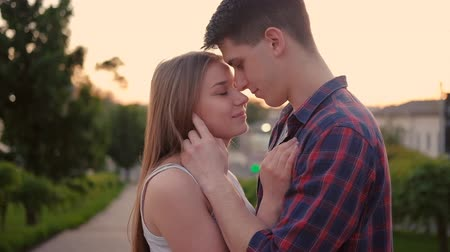 nastolatki : Love and relationship. Happy young couple hugging in the street. Kissing at sunset Wideo