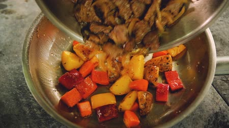 panelas : Stew preparation. Food cooking recipes. Fried meat added to vegetables in pan