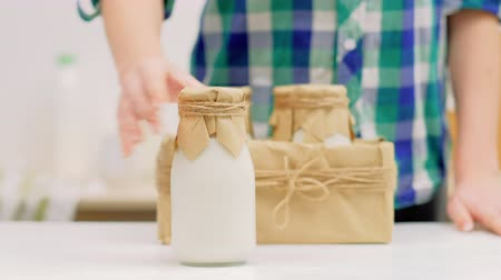 laktóz : Healthy eating and organic foods. Fresh farmers milk in bottles and craft box.