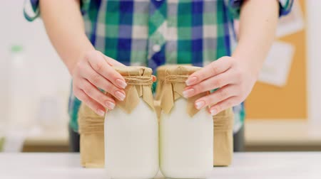 laktóz : Fresh organic milk from dairy farm. Foods delivery. Bottles in craft box.