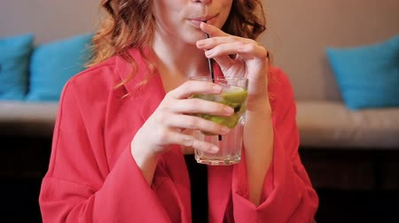 mole : Woman drinking fresh lemon cocktail. Lifestyle and carefree leisure.