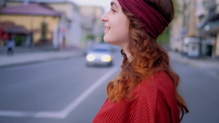 個性 : Young woman walking in the city. Urban bohemian lifestyle. Cute headband 動画素材